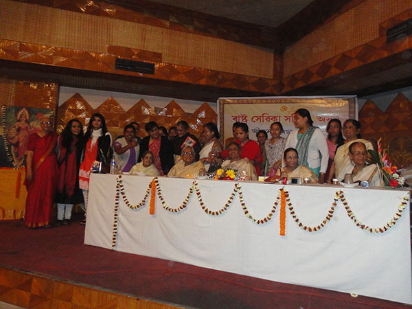 समिति की अधिकारी और बहनों के साथ